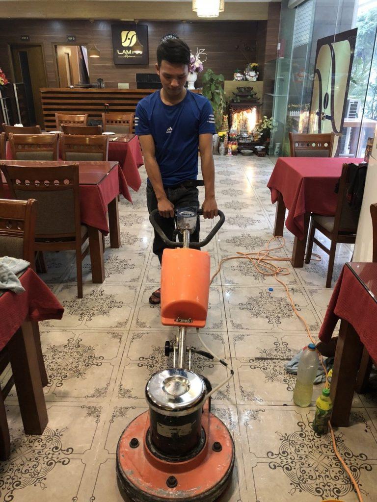 chà sàn bằng máy chà vệ sinh